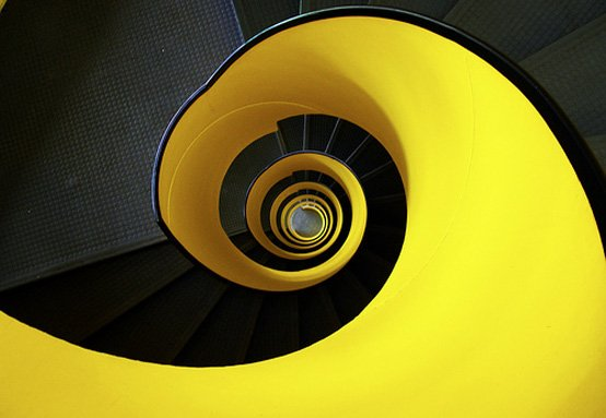 Cầu thang màu vàng tươi sáng này nhìn xuống La Praille, Genève.