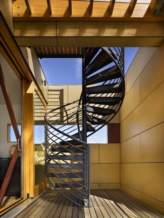Tháp cầu thang mờ này kết hợp hai tầng của Ngôi nhà nổi trên Hồ Union được thiết kế bởi Kiến trúc sư Vandeventer + Carlander Architects.