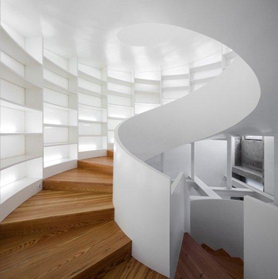 Cầu thang xoắn ốc này không chỉ kết nối hai tầng mà còn cung cấp không gian để lưu trữ sách. Nó được thiết kế bởi kiến trúc sư Bồ Đào Nha Manuel Maia Gomes.