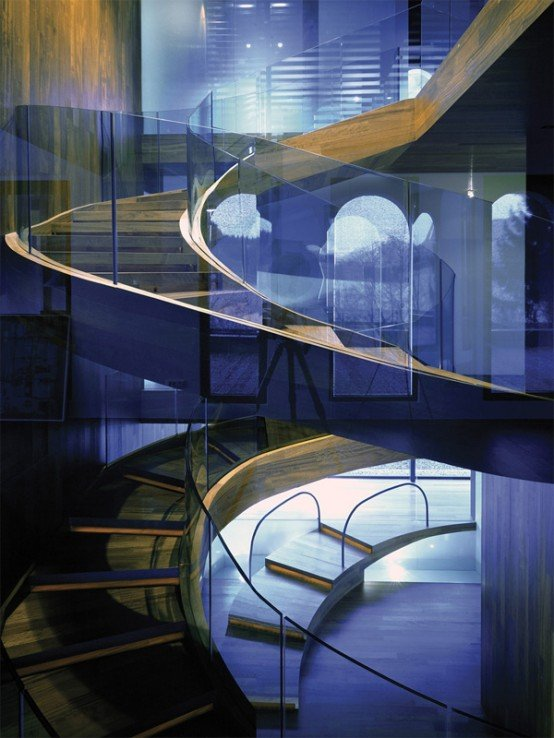 Cầu thang cong cong này là lõi truyền thông chính trong biệt thự do OFIS arhitekti thiết kế.
