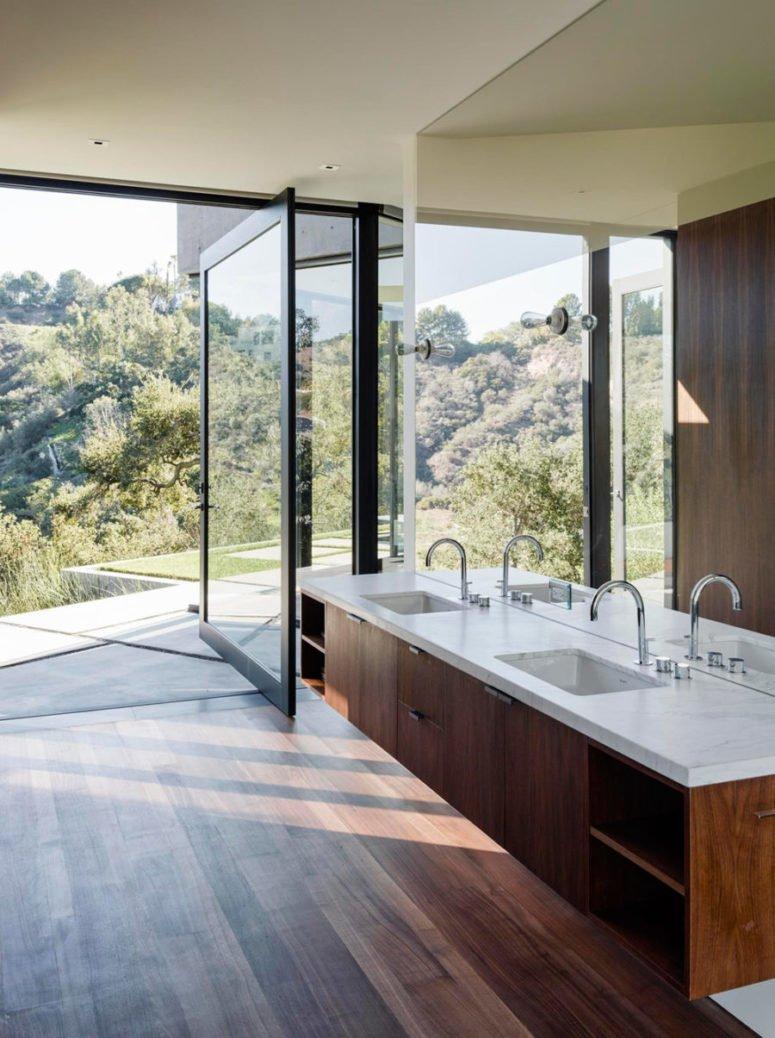 Phòng tắm mở ra ngoài trời, rừng tối ấm áp và một bức tường gương để mở ra thấy được nhiều khung cảnh hơn