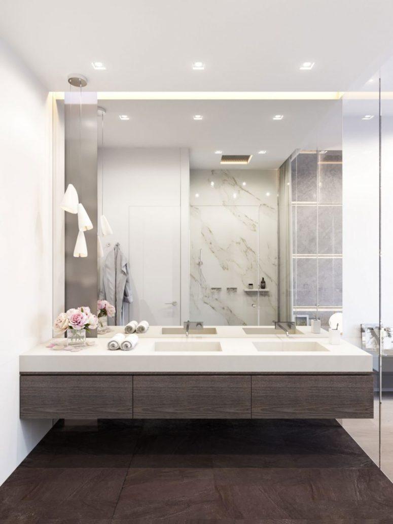 Phòng tắm hiện đại với gỗ màu tối, đá cẩm thạch trắng và một bức tường gương