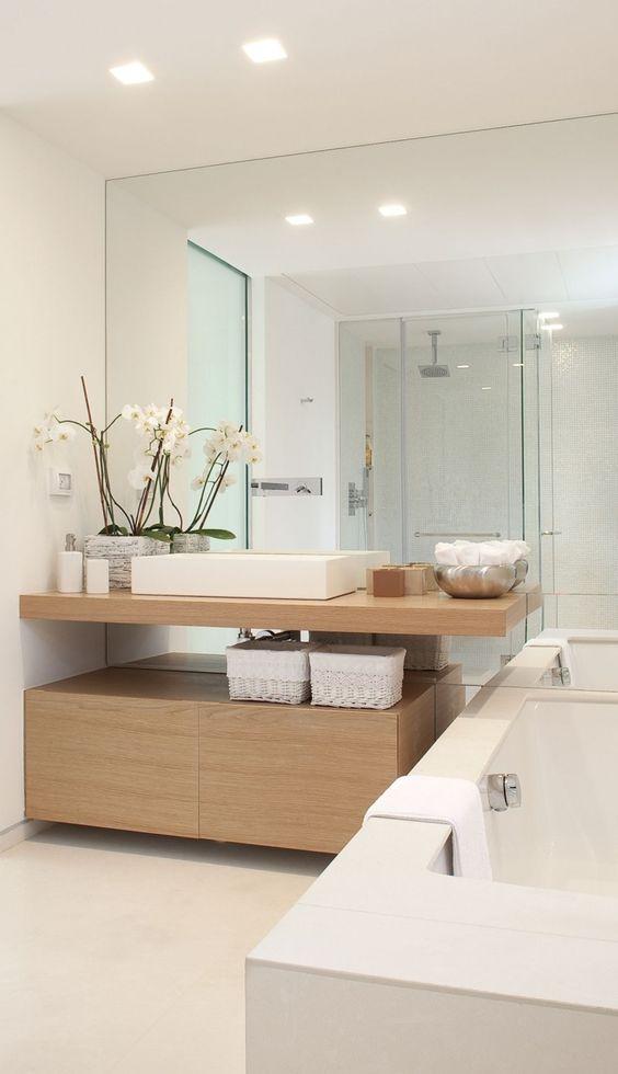 Trang trí phòng tắm hiện đại trong rừng cây màu trắng và ánh sáng, toàn bộ bức tường làm bằng gương