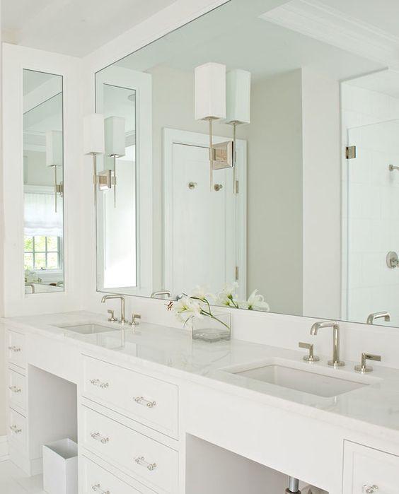 Một tấm gương chiếm toàn bộ bức tường với bàn và mở rộng không gian