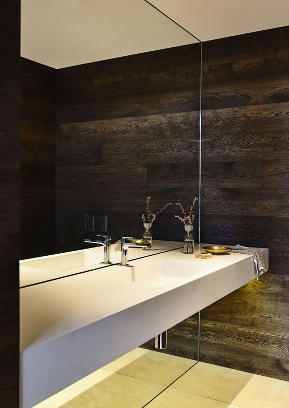 Gương khổng lồ trong phòng tắm này bắt đầu từ sàn nhà và đi lên đến trần nhà bị gián đoạn chỉ trong một khoảnh khắc thật sự hư ảo
