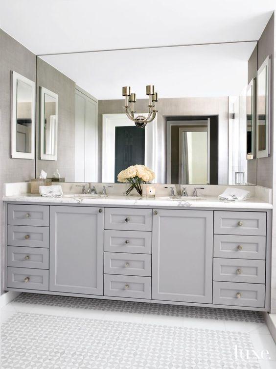 Tủ gỗ màu xám truyền thống với bộ đếm bằng đá cẩm thạch và một tấm gương khổng lồ lên trần nhà