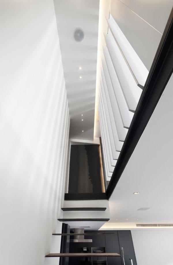 Thiết kế căn hộ đơn giản với ý tưởng thiết kế cầu thang đẹp, và rất nhiều đèn Led