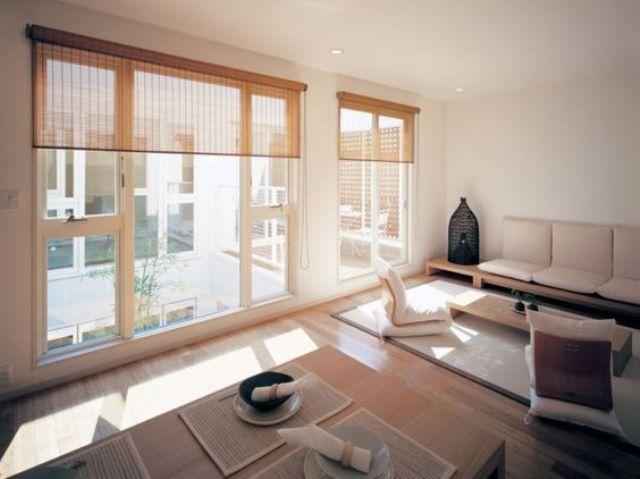 Tận dụng triệt để nguồn ánh sáng tự nhiên , người Nhật thiết kế phòng khách gia đình sao cho ánh nắng luôn lọt vào trong từng ô cửa