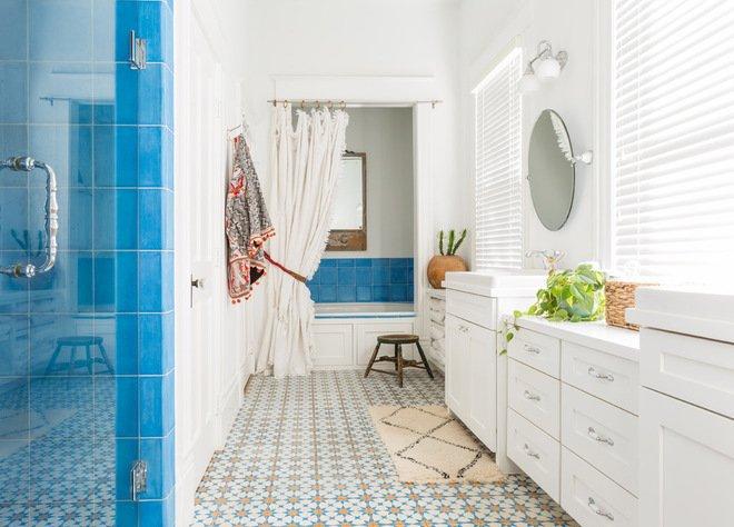 """Mẫu phòng tắm đẹp với thiết kế màu sắc rất """"mát"""": trắng - xanh làm chủ đạo, lấy nền gạch và chiếc khăn treo làm điểm nhấn nhá in đậm guu thẩm mỹ của gia chủ"""