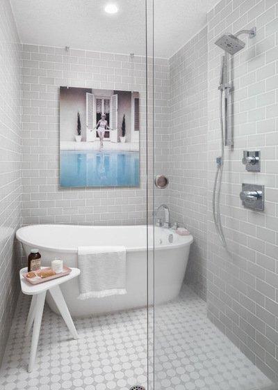 Không gian phòng tắm trở nên mới lạ và độc đáo nhờ chiếc kính trong suốt ngăn chiếc bồn tắm và phần hành lang