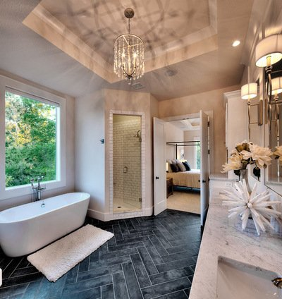 Phòng tắm với gam màu trung tính: dịu dàng và rất êm đềm. Điểm nhấn: màu gạch nền tương phản cùng chiếc đèn chùm pha lê tạo nên sự ấm áp không hề đơn điệu cho mẫu phòng tắm đẹp này.