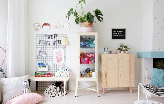 Tủ kính chứa đồ chơi và có bàn làm việc cho trẻ em