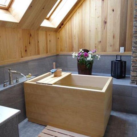 Ánh sáng gỗ trên tường và trần echo với một bồn tắm bằng gỗ truyền thống ofuro
