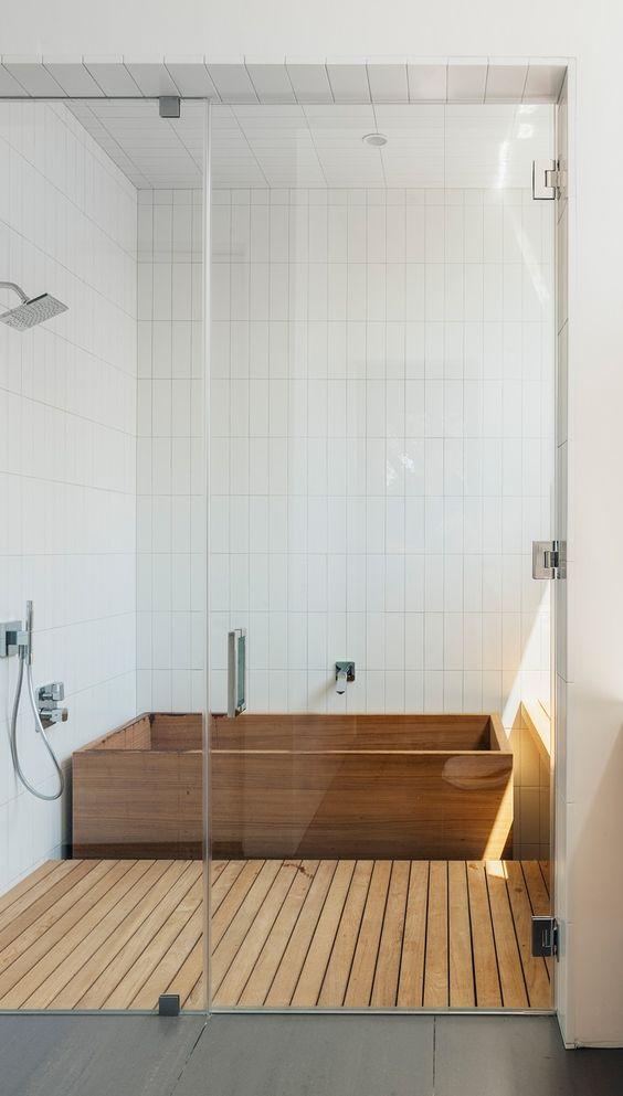 Bồn tắm bằng gỗ có tính truyền thống cho các nước Châu Á, và xu hướng thiết kế nóng này bắt nguồn từ đó. Bao gồm bồn tắm bằng gỗ truyền thống nếu có thể, nó được gọi là ofuro. Bồn tắm như vậy là tuyệt vời để thư giãn và sẽ làm cho phòng tắm của bạn như một spa. Tiếp tục ý tưởng bao phủ sàn tắm bằng gỗ cùng màu.