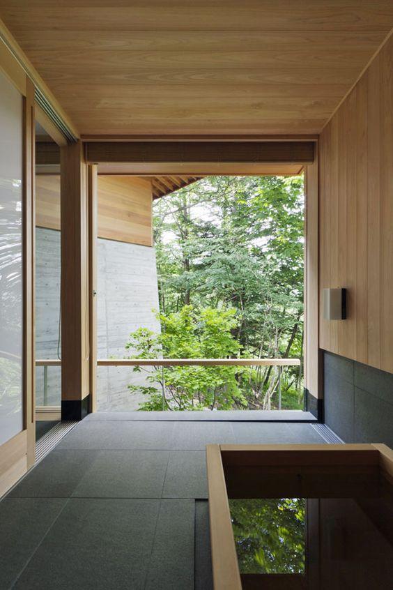 Bồn tắm vuông truyền thống và xem để thưởng thức là một kết hợp phòng tắm hoàn hảo