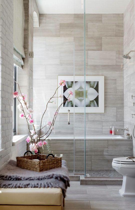 Một vài nhánh hoa phong lan và một bức ảnh trên tường sẽ thêm một liên lạc tinh tế