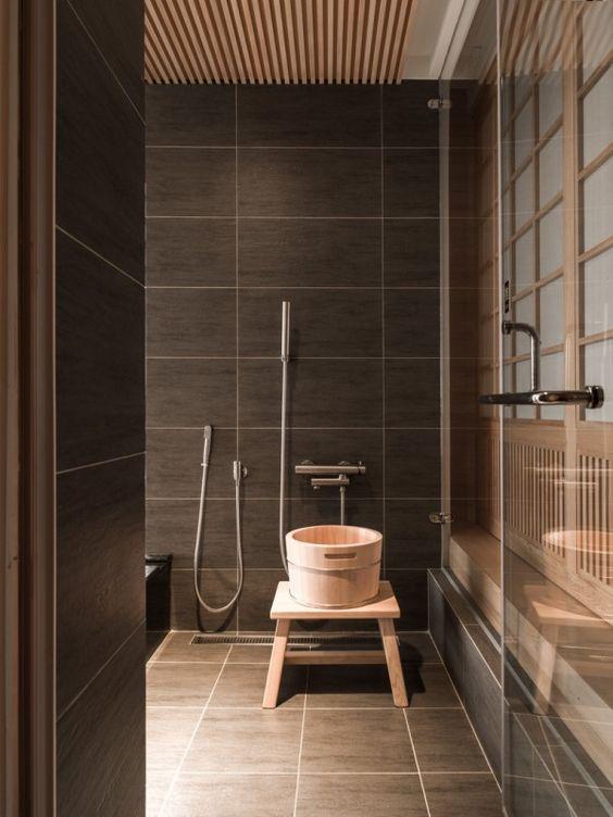 Gạch ốp phòng tắm màu nâu trông thật tuyệt vời với những khu rừng nhẹ và mang lại cảm giác sang trọng cho không gian
