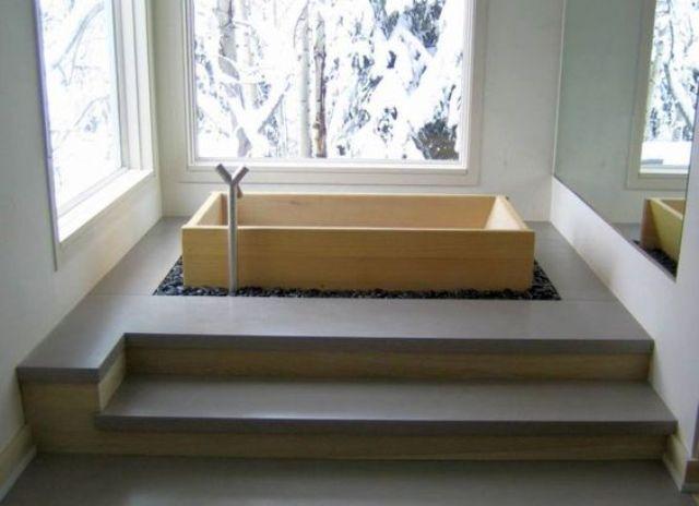 Bồn tắm nhỏ gọn được đặt trong sỏi đen với một cái nhìn mát mẻ sẽ làm cho thư giãn đầy đủ