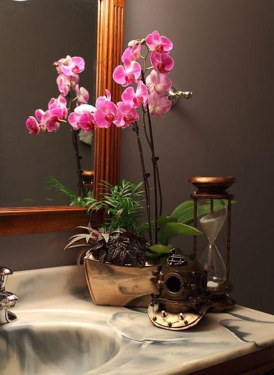 Những hoa phong lan mang lại một yếu tố bất ngờ đến phòng tắm Nhật Bản của bạn