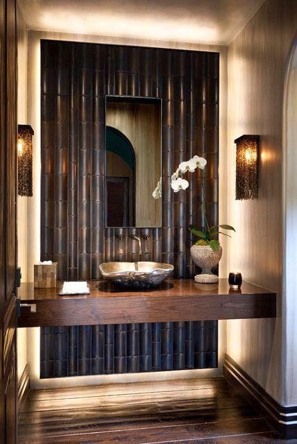 Phong cách phòng tắm sẫm màu với trang trí bằng tre màu đen, rừng tối màu và đèn ẩn