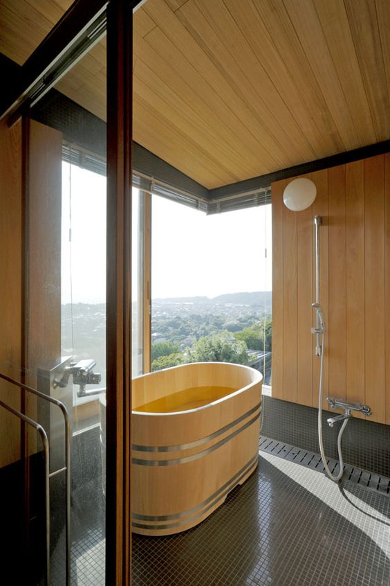Sàn gỗ tối màu và sàn gỗ ánh sáng cho một phòng tắm với tầm nhìn tuyệt đẹp và bồn tắm thông bằng ô dù Nhật Bản