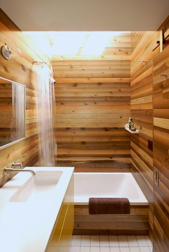 Phòng tắm nhỏ kiểu Nhật với gỗ ấm nhẹ trên khắp để làm cho nó tinh tế