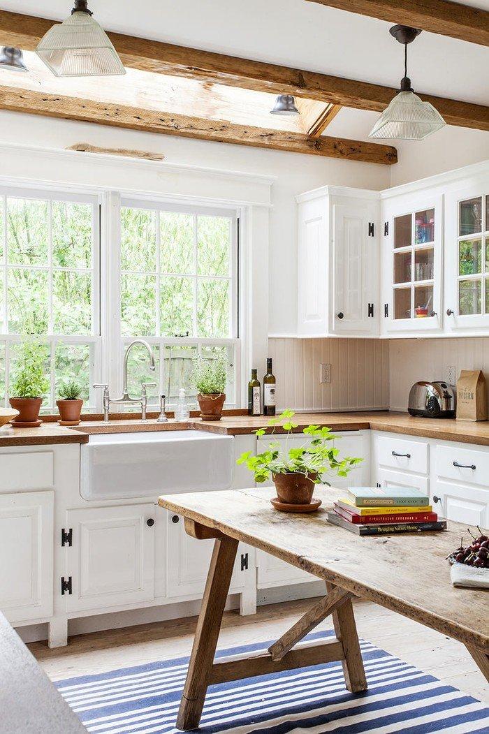 Bếp tràn ngập ánh sáng với cửa sổ hướng ra bên ngoài