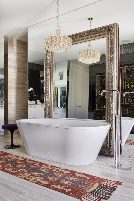 Một bức tường gương và thêm khung tinh chế giúp cho phòng tắm một cái nhìn tuyệt đẹp