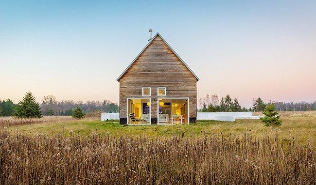 Mẫu nhà biệt thự cấp 4 bằng gỗ đẹp giản dị bình yên giữa đồng cỏ thumbnail