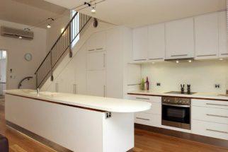Hướng dẫn thiết kế bếp dưới gầm cầu thang sang trọng hiện đại thumbnail