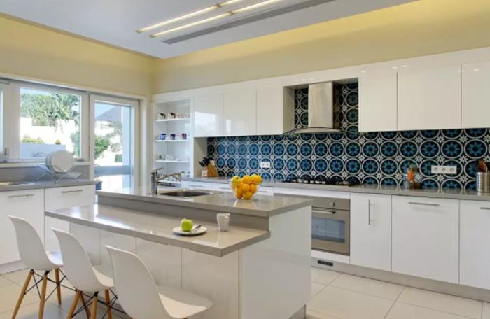 Mẫu nhà bếp đẹp với những gam màu tương phản