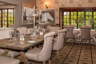 Mẫu thiết kế phòng ăn nhà biệt thự đẹp sang trọng màu sắc độc đáo