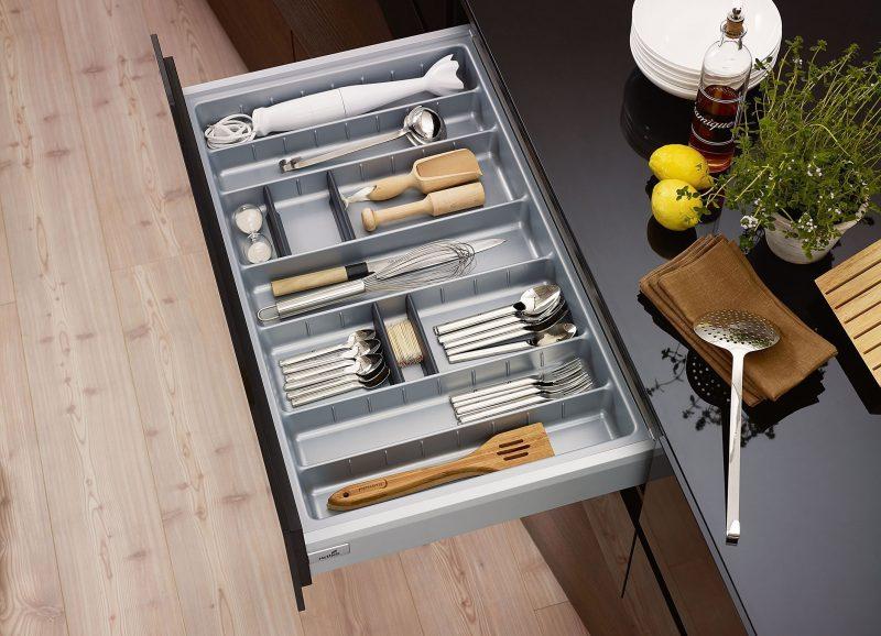 Vai trò của khay chia thìa dĩa, tấm lót trong tủ bếp trong 1 nhà bếp hiện đại post image