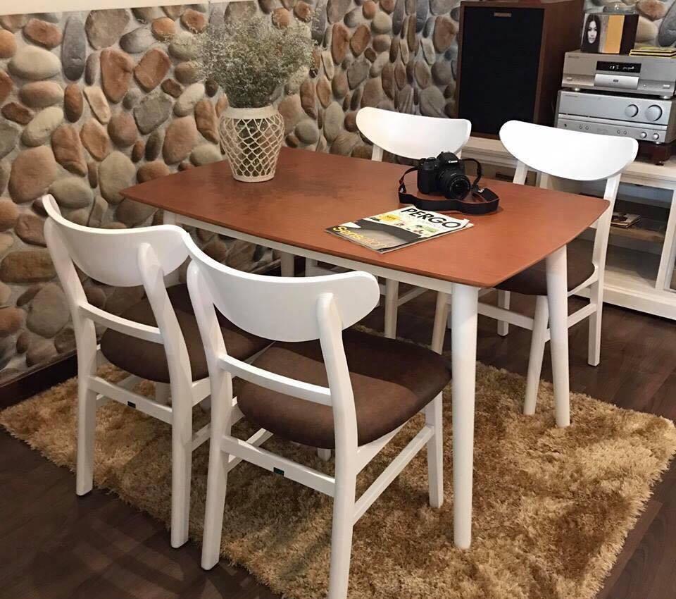 mẫu bàn ăn với tông màu nâu trầm ấm kết hợp cùng thảm lông
