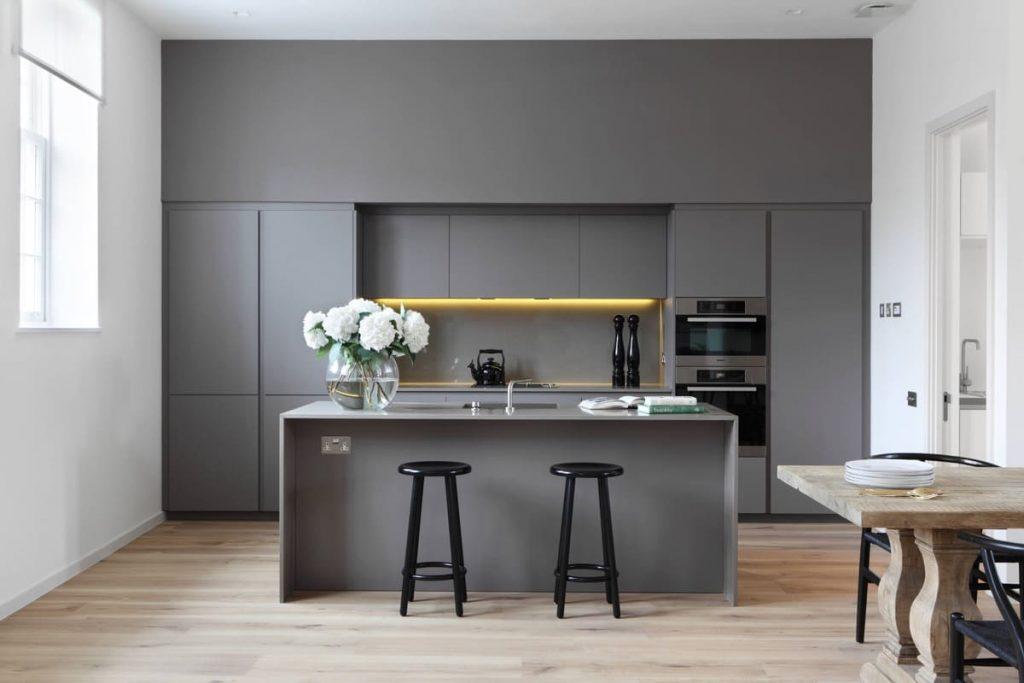 Tone màu xám cũng giúp phòng bếp sang trọng hơn