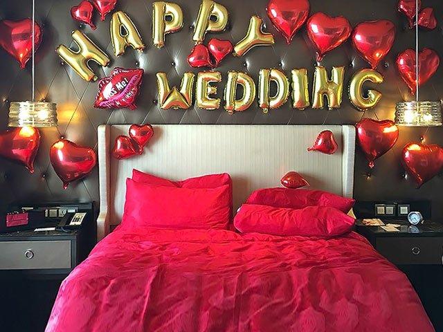 trang trí giường cưới màu đỏ